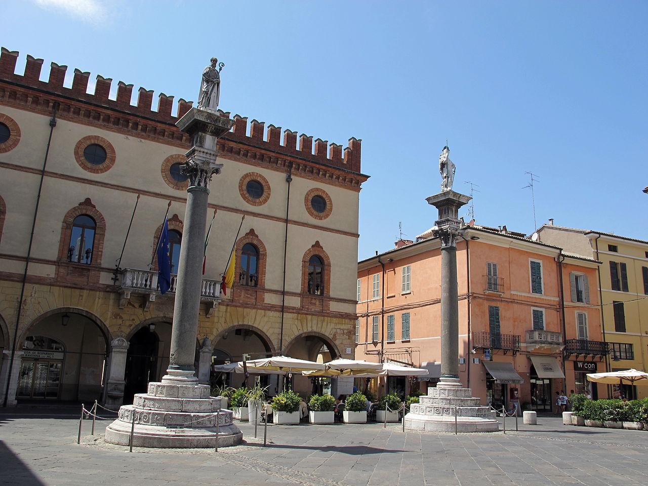 1280px-Ravenna,_piazza_del_popolo,_colonne_di_pietro_lombardo,_1483,_00